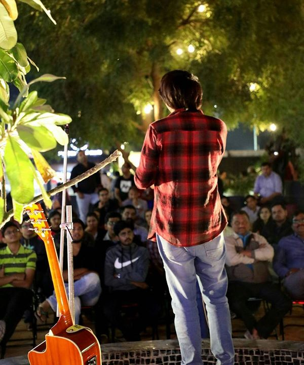 Performed at a really different setup venue last night in Ahmedabad. Yeh kuch alag experience tha at Urban Chawk😄 always a memorable trip with Chirayu Mistry and @nautankideep . Great knowing Sumit Sorav in this tour. Thank you for the wonderful clicks @kashif faruki #urbanchawk #ahmedabad #standupcomedy #comedygig #thingstodoinahmedabad