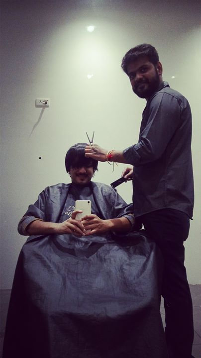 BEHIND THE SCENES of meri cut ti hui ZULFE, thanks to Limbachiya Chirag for always taking care of it like a BOSS.  #haircut #idontlikehaircuts #parents