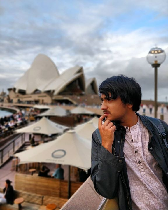 Iss din kya weather tha Sydney mein. I never feel enough thanking @chiragparikhofficial and @foramparikh for always being such loving hosts and dosts ❤ aaj kal 45-50* temperature pahoch raha hai Gujarat mein so bus puraani international trips ke photos dekh dekh ke iss lockdown mein ghar pe din guzaar raha hu😅 We all are still the fortunate bevy who just have to take care of our mental health sitting at home. This time seems propitious for me to make something better out of myself and return stronger. Goes for you as well my friend thanks for reading :)  I don't really remember who from @thecomedyfactoryindia team clicked this for me😅  #tbt #throwbacktuesday  #throwback #sydney #sydneyoperahouse #operahousesydney #operahouse #australia #instaaustralia #memoriesforlife #memories #posingforthecamera #posing #dekhbhai #dekhpagli #instaclicks