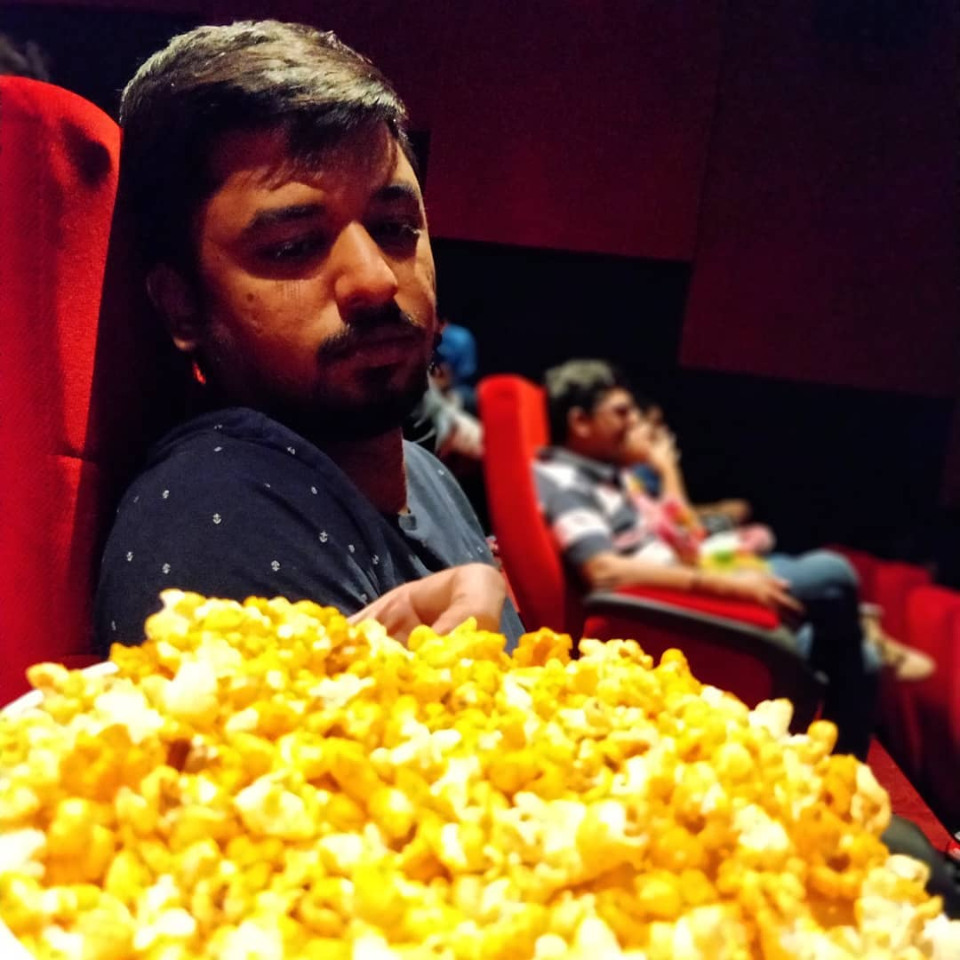 Here you see my school friend @ved_91 waiting for the interval to get over so that I allow him to eat the popcorn😁 Apna simple rule hai, popcorn khaane tab  milega jab interval khatam hojayega.  #popcorntime #movietime #movietheater