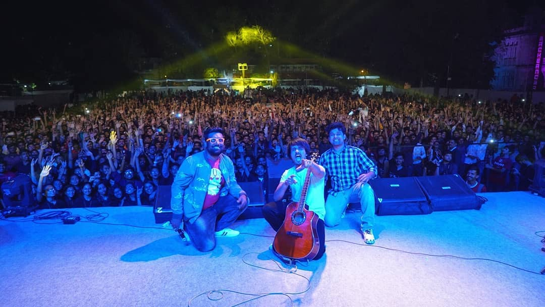 Thank you for having us last night @fp_think_beyond Thank you @instafunny_manan for planning this surprise act for the students, Gig yeh tendulkar thi😅🤘🏻 (tendulkar= super killer performance)  #footprints2019 #msutecho #msuuniversity #tcfindia #live #stage #audience #shows #gigs #indianartist #crowd #guitarist #comedians