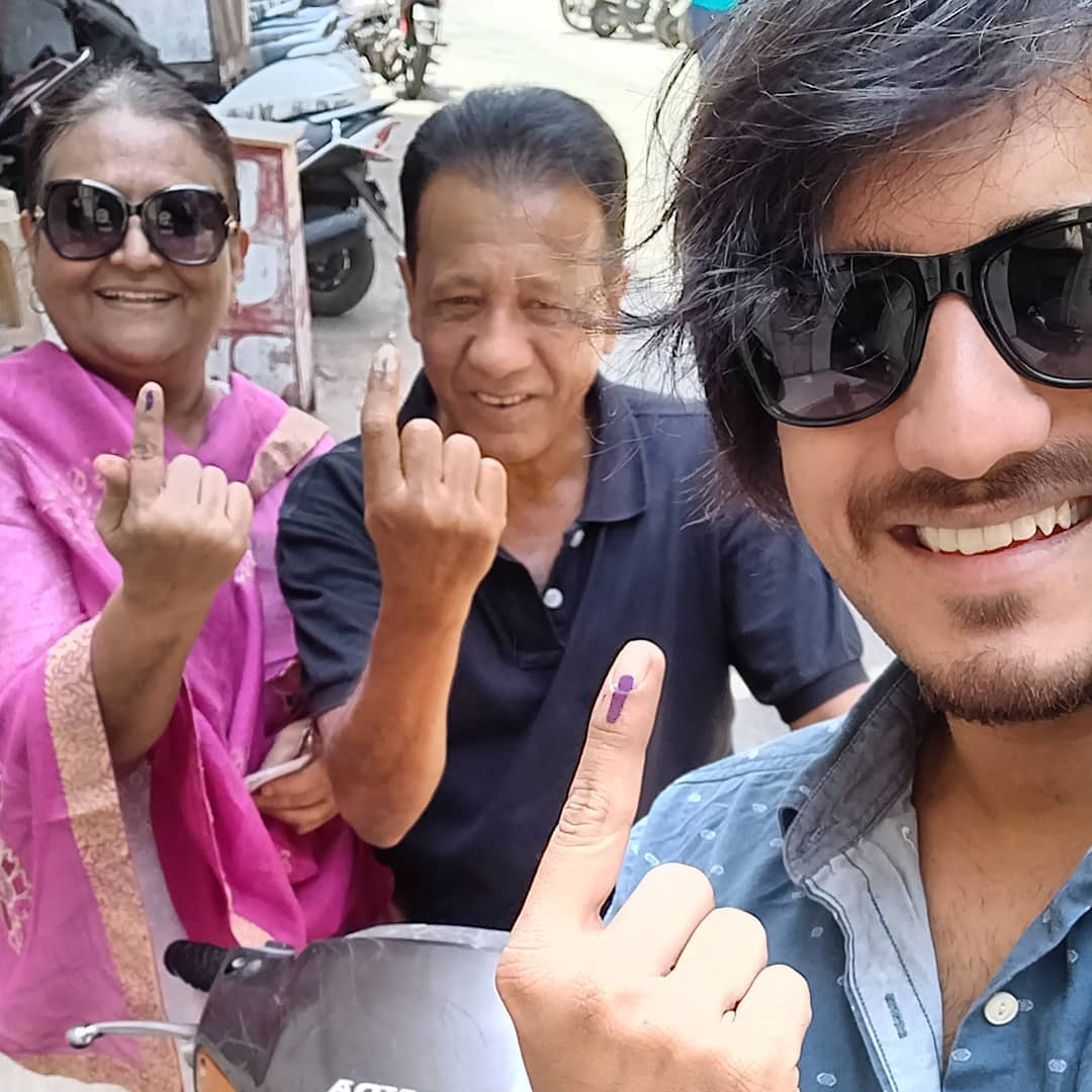 ALL THE ZIMMEDAAR NAGRIKz in the house put your fingers up 😅 #familyselfie #voting #elections2019 #gujarat #myrights #selfie #parents #elections