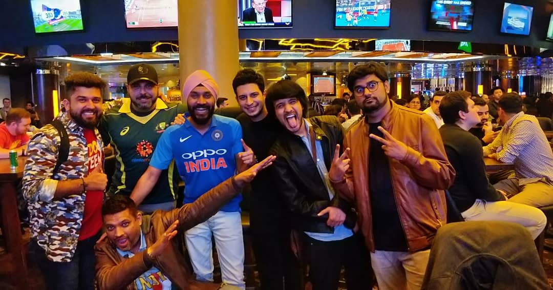 Throwback to this epic night with the super cool new friends we made at the casino thanks to @chiragparikhofficial. Watched Ind vs Aus live with this squad, kaafi yaadgaar vibe thi uss raat ki. Shout out to @singh_style_sydney for being so humble, Paaji tumhara patent dialogue ek number hai 👌😂 #tbt #throwbackthursday #casino #sydney #epicnight #worldcup #oppo #hangout #friends #crazynight #smiles