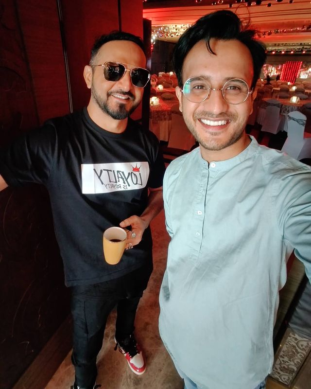1/2- fan boy moment. jabse market mein kaam shuru kiya hai, there have been alot of moments we get to meet celebs and big artist but I always choose to have a conversation rather than just taking a selfie and leave. I am a sucker for gyaan from seniors in the industry. But yeh cool AF bande ke saath toh photo banta hai. Grownup watching this guy changing the scene of electronic music in India. He was kind enough to have a 10min conversation with me about music and film editing, Told me about how his choice to learn editing as soon as he turned VJ made him stand out from others on the channel. I also told him 'Itni mehnat karni hai aur itna kaam karna hai ki kisi din aapke level pe pahochu aur aapke saath koi project ya content par kaam kar saku' to which he said  'MERI HINDI ITNI ACCHI NAHI HAI' 😅 also in this picture he is holding the door open so that we can use the daylight to get me a picture with me❤️  2/2- Bahot din baad itna taiyyar hua.