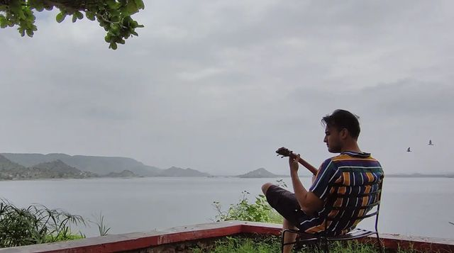 Kuch alag he energies run karti hai in head and body when we have such a view to sit and jam at, or even just sit and introspect. Concrete jungle dekh dekhke yeh sab ki value kuch zyada he badh jaati hai phir bhale woh ek din ya ek ghante ke liye he kyun na ho, hai na?🙃 This picture was beautifully sketched as the cover art of my new song 'Ruk Jaana'. Link is in my Bio if you still haven't heard it or watched it.   #nature #mountains #riverside #jamming #udaipur