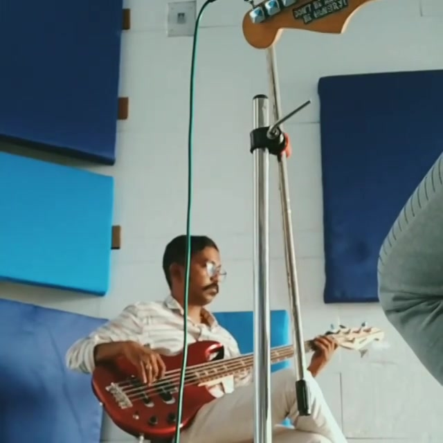 Bass and lead guitar improv jam post session. @sidheshwarmalakar grooving it on the bass and me on the lead trying to fit in the frame. Bus Bethe bethe khoj chaalu hai.  #bassguitarist #leadguitarist #guitar #guitarjam #guitarlife #guitarist #instamusic #instajam #practice #music #unplugged #groovy #jamming #guitarsolo #funky #funk #bassist #bassguitars #bassist