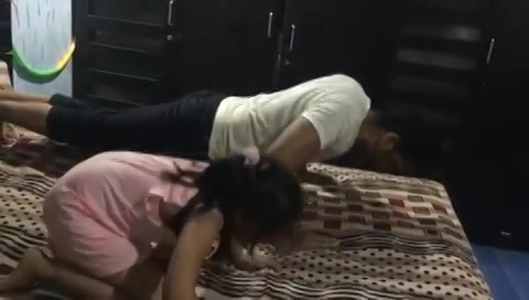 Raat ku 1 baje baap beti. My pushups in the gym are exactly like my niece here.  #gappuupdate #pushups #latenightworkout #father #daughter #kidsworkout #workout #workoutroutine #workouts #myniece #surat #bedroom #waitwhat #cute #cutekids #family