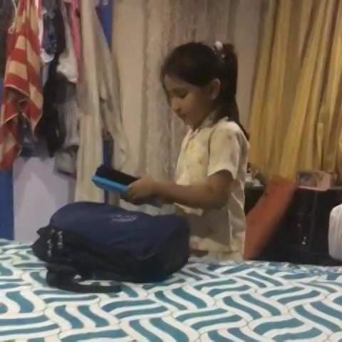 Tomorrow is Monday. @gulrez_qazi sent me this video with thjs caption😂  To be very honest this also made me thoda sad because it reminded me of my school days when Sunday nights I use to feel really low with the constant thought running in my mind, Beyyyyyyeeeee yaar kal monday hai school jaana padega.  #gappuupdate #monday #schooltime